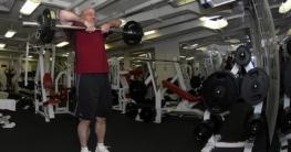 Senior im Gym
